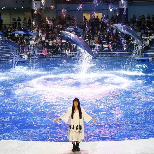 miwa、イルカと一緒に幻想的な水の世界へ!