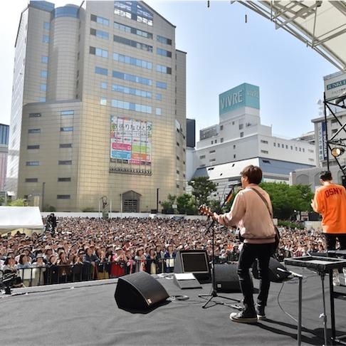 コブクロ、ゆかりの福岡天神にてサプライズシークレットライブを開催!