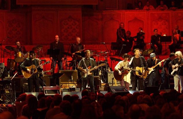 ジョージ・ハリスン、新装発売される『コンサート・フォー・ジョージ』 から「アイ・ニード・ユー」と「ホワイル・マイ・ギター・ジェントリー・ウィープス」の映像が公開!