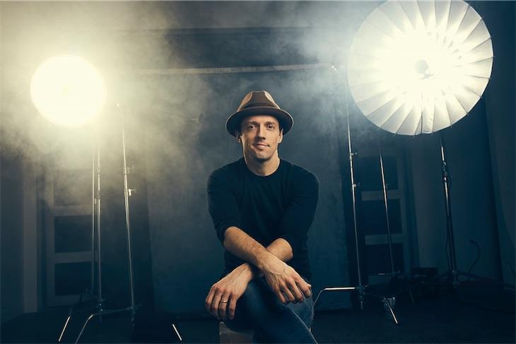 ジェイソン・ムラーズ、ニューアルバムから最新曲「Might As Well Dance」を公開!