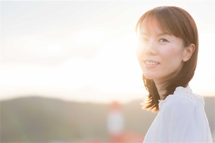 半崎美子、ニューシングル「明日を拓こう」ジャケ写、新アーティスト写真公開!