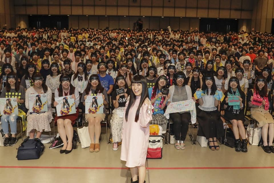miwa、渋谷ヒカリエで「ヒカリヘ」を熱唱!1000人の前髪パッツン大集合の前でファンの「断パッツン式」も!