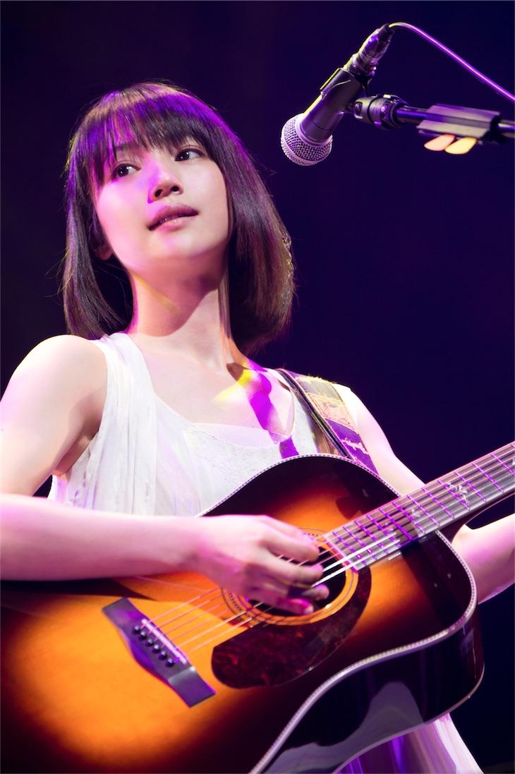 新山詩織、一夜限りのプレミアム弾き語りライブを映像商品としてリリース!