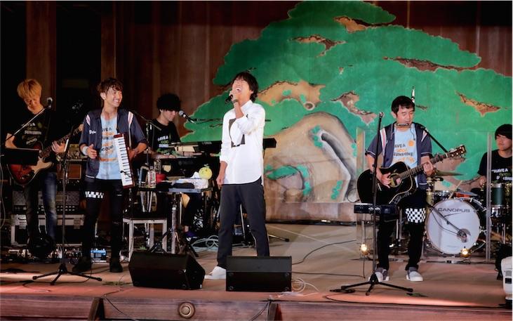 ゆず、俳優桐谷健太と異色初共演!ファンクラブ限定ライブで「海の声」「栄光の架橋」ほか豪華披露!