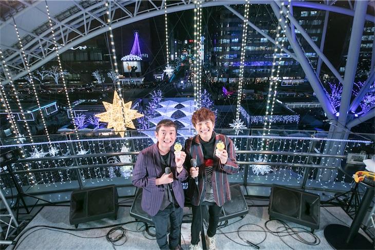 ゆず、福岡博多駅前点灯式で「いつか」「夏色」歌唱!同所で過去最高約9000人が殺到!