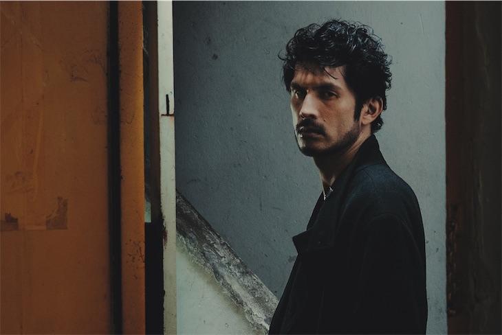 平井 堅、10年間未発表のバラード「half of me」のMUSIC VIDEOで『半分に遮られた世界』を表現!
