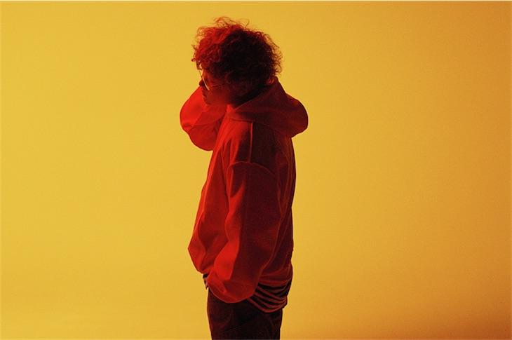 Vaundy、ドラマ『捨ててよ、安達さん。』オープニングテーマの新曲「Bye by me」を配信&MV公開!