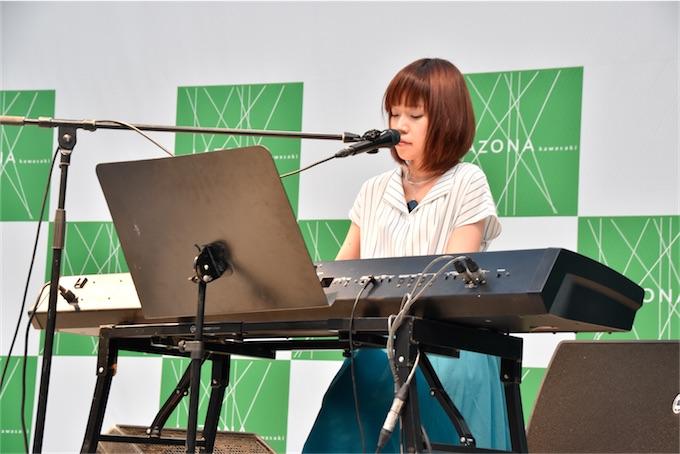 川嶋あい、ラゾーナ川崎にてシングルリリースライブ!ファン約300名天使の歌声に酔いしれる!
