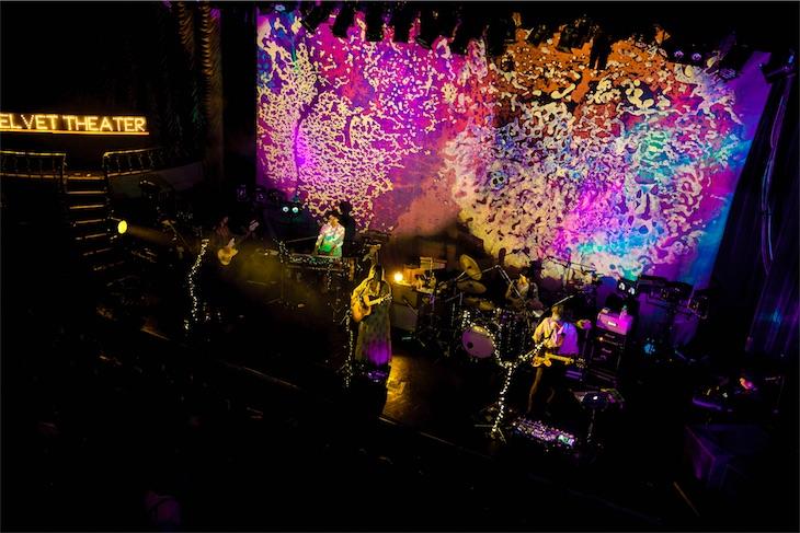 GLIM SPANKY、60年代の音楽イベントを再現した超サイケなリキッドライトショーを実現!