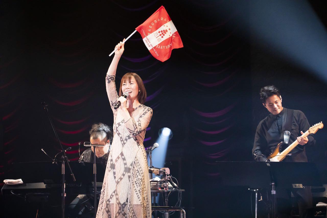 半崎美子、閉館前の赤坂BLITZから「上京20年記念配信ライブ」感謝の熱唱!