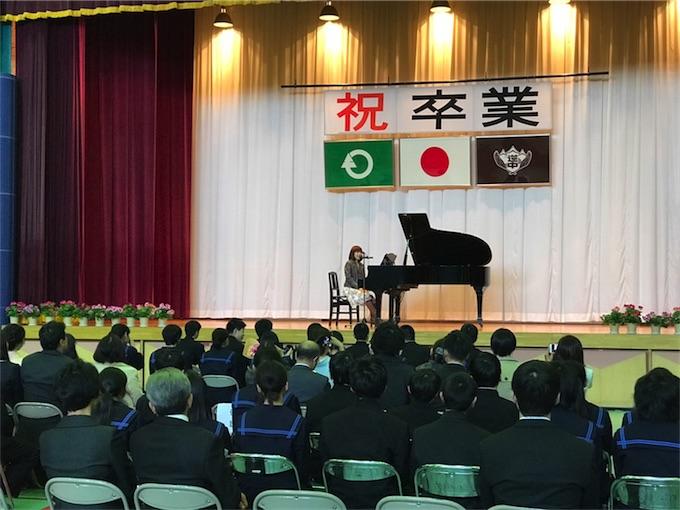 川嶋あい、70年の歴史に幕を閉じる中学校の卒業式にサプライズ出演!