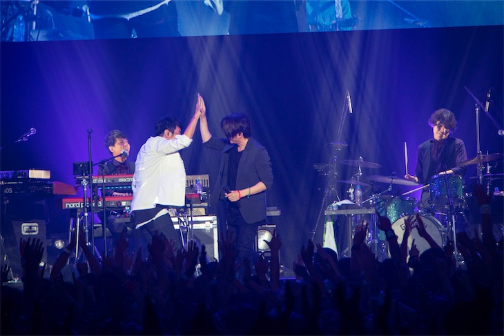 桜井和寿、GAKU-MCによる「ウカスカジー」のライブにスペシャルゲストとしてTERU(GLAY)が出演!