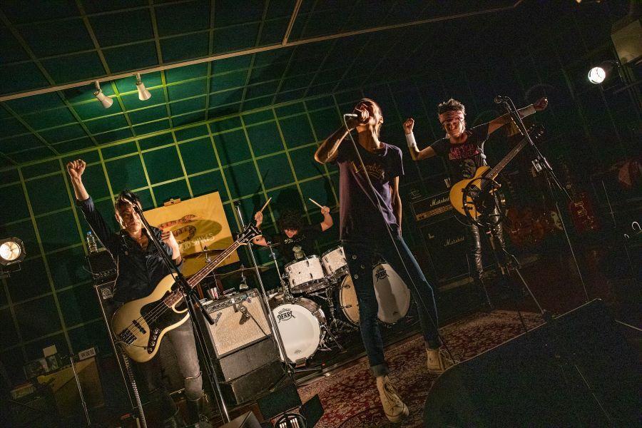 ザ・クロマニヨンズ、初の配信ライブで待望の有観客ライブ実施を発表!