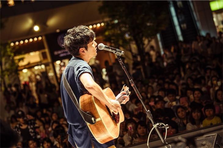 森山直太朗、スペシャルライブで新曲「群青」披露!自ら仕切る「真夏のガラポン大抽選会」も開催!