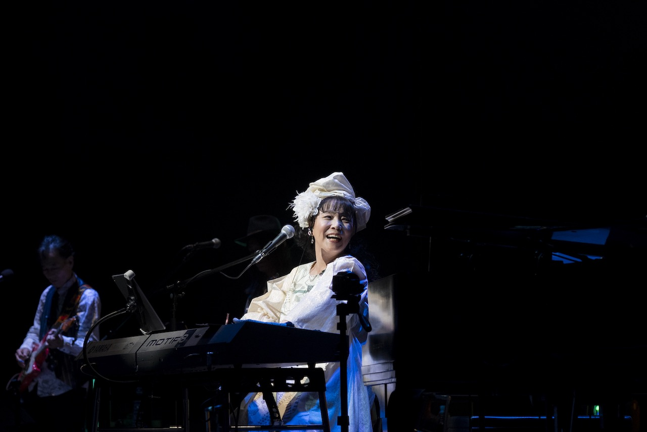 尾崎亜美、レジェンドに囲まれ45周年記念コンサート開催!