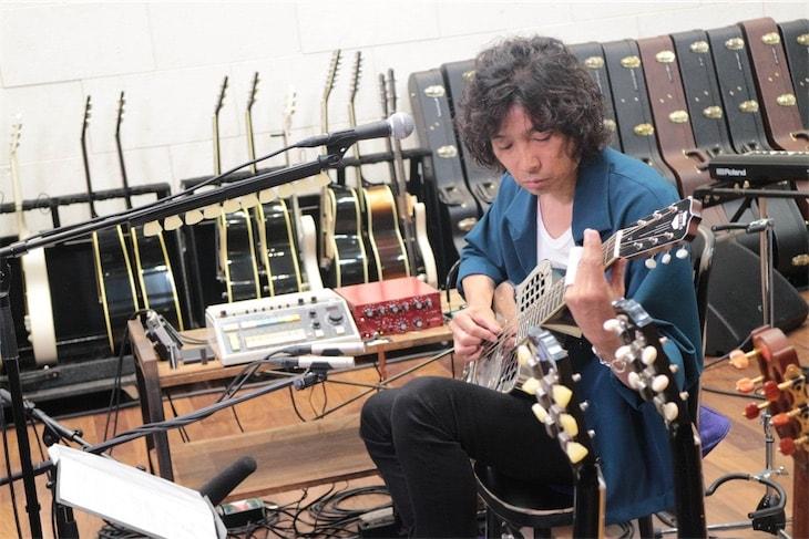 斉藤和義、弾き語りライブ「Time in the Garage」の裏側に迫る特番放送決定!