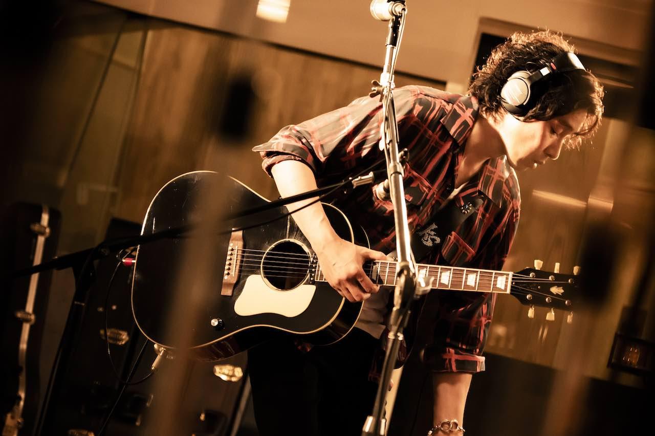 斉藤和義、最新シングル「一緒なふたり」のスタジオライブセッションを公開!