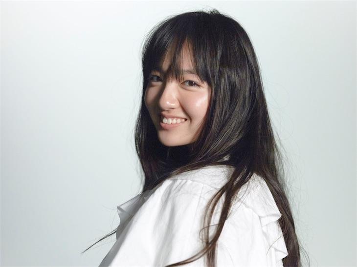 鈴木瑛美子、話題のカバー動画第4弾!ONE OK ROCKの「Wherever you are」をチャペルで歌唱!