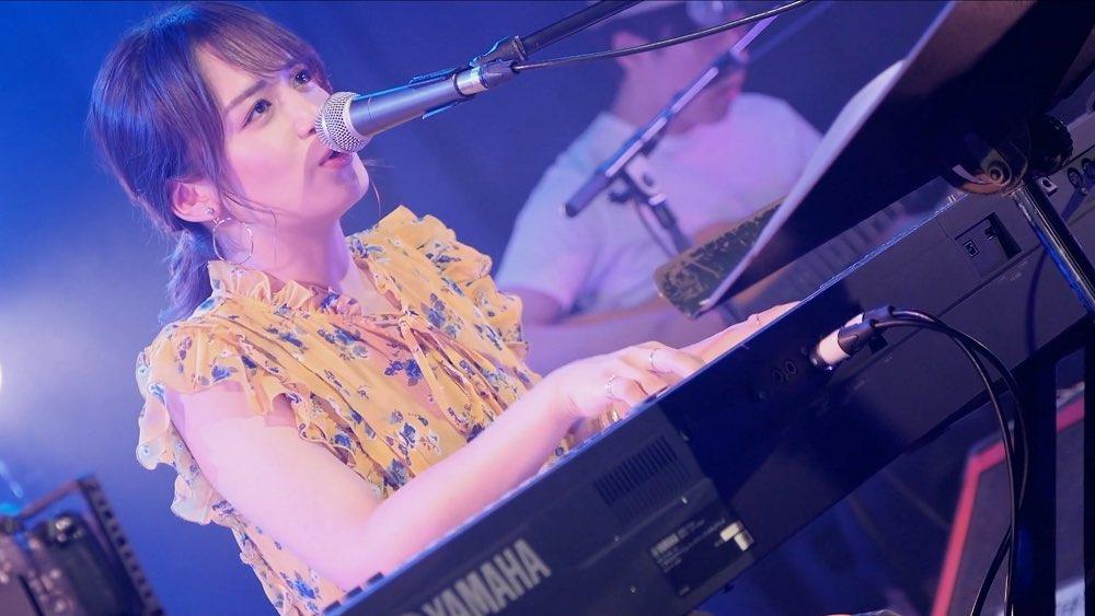 山出愛子、新曲「はなまる」ライブ映像が公開!「もう愛想笑いはしたくない!」